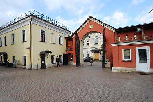 "{ ""ru"": ""Покровский монастырь Покровский Убогий монастырь. 1655 г. Основан в 1635 году царем Михаилом Федоровичем"", ""en"": ""Pokrovsky Monastery Pokrovsky Wretched monastery. 1655 Founded in 1635 by Tsar Mikhail Fedorovich"