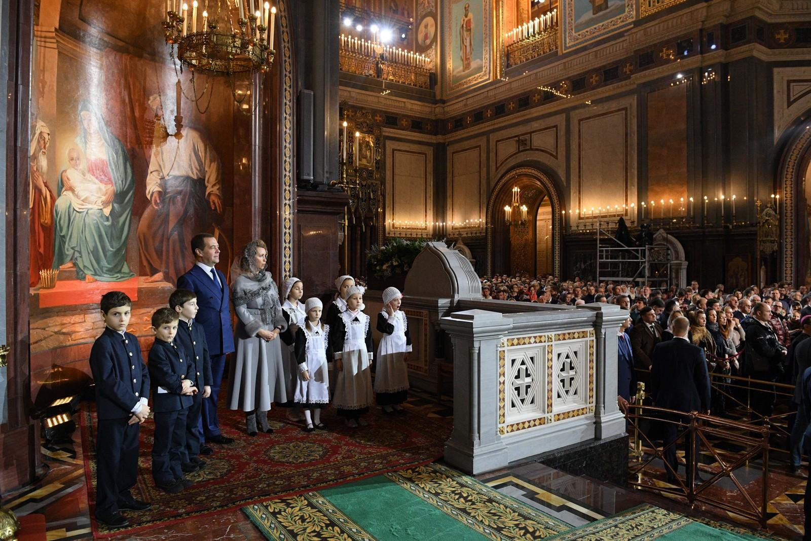 Дети из православной гимназии в Троице-Лыково молились за богослужением в Храме Христа Спасителя