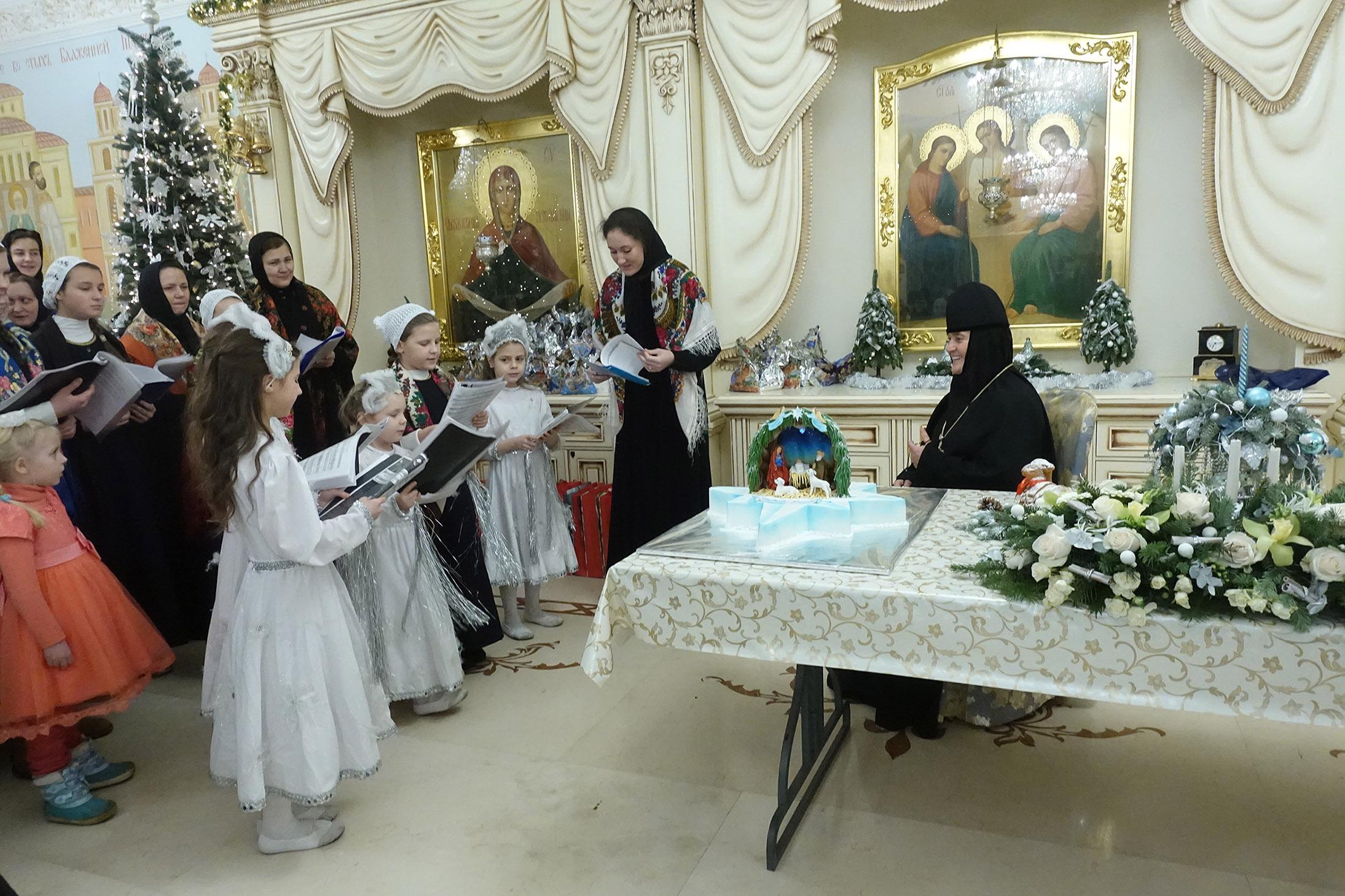 Прославление Родившегося Спасителя и рождественские колядки