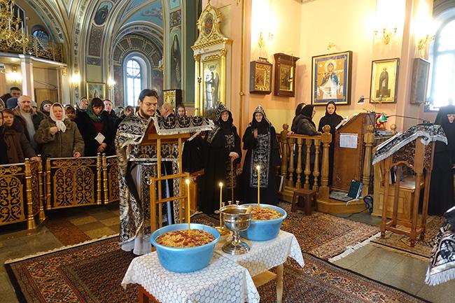 Молебное  пение  в  Покровском  монастыре  с  чтением  канона  святому великомученику Феодору Тирону, освящение колива.