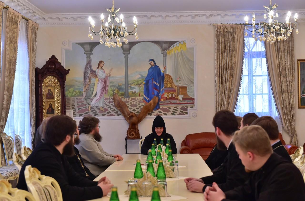 Собрание игумении Феофании со священнослужителями Покровской обители