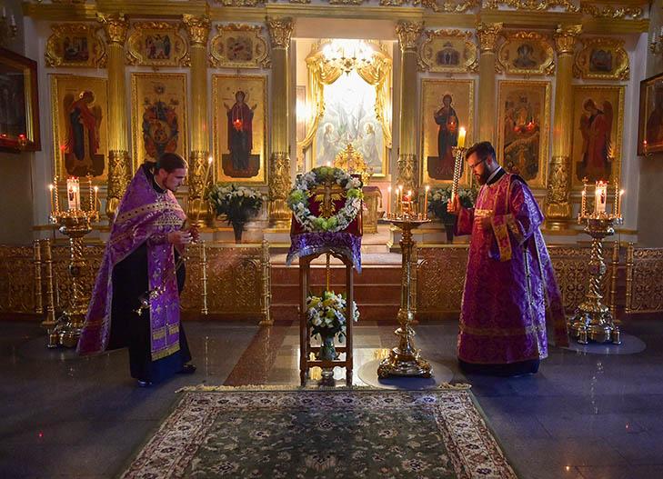 Вынос креста на праздник изнесения Честных Древ Животворящего Креста Господня