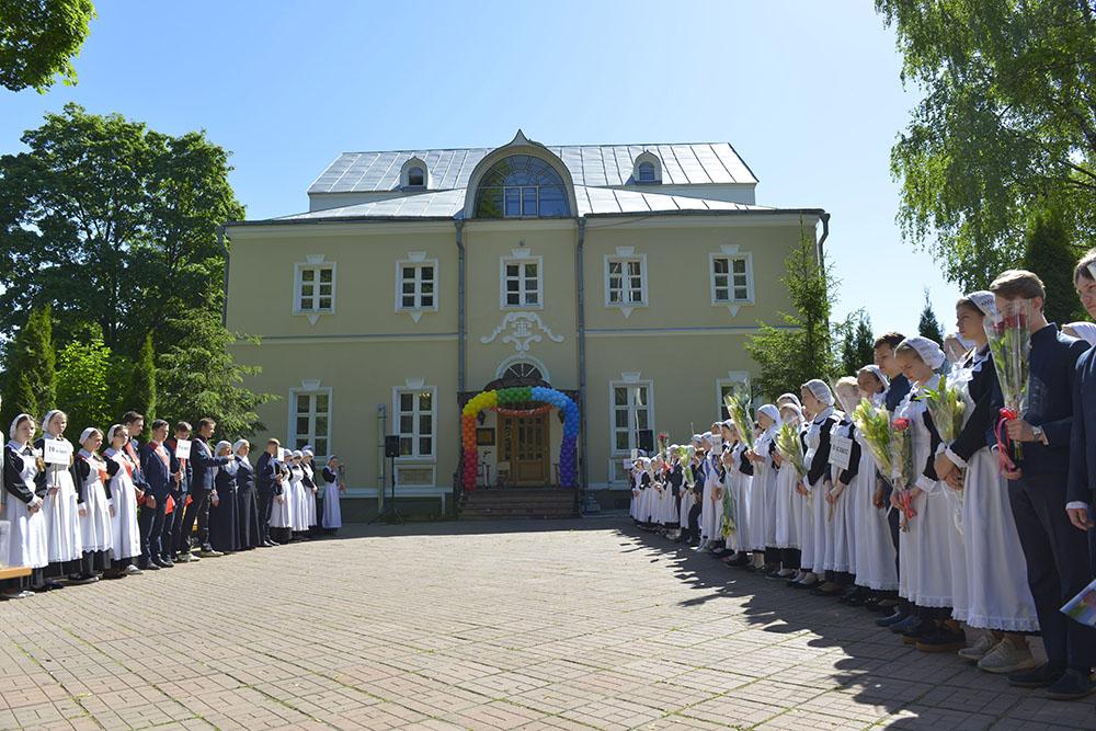 Торжественная линейка и праздничный концерт посвящённый окончанию учебного года