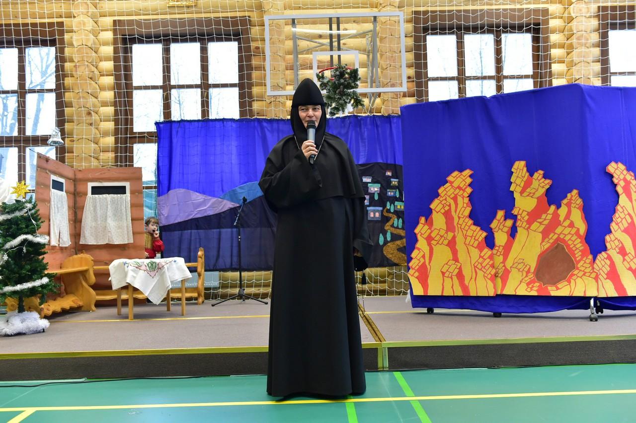 Дети из детского приюта при Покровской обители и учащиеся православной гимназии подарили Рождественский спектакль